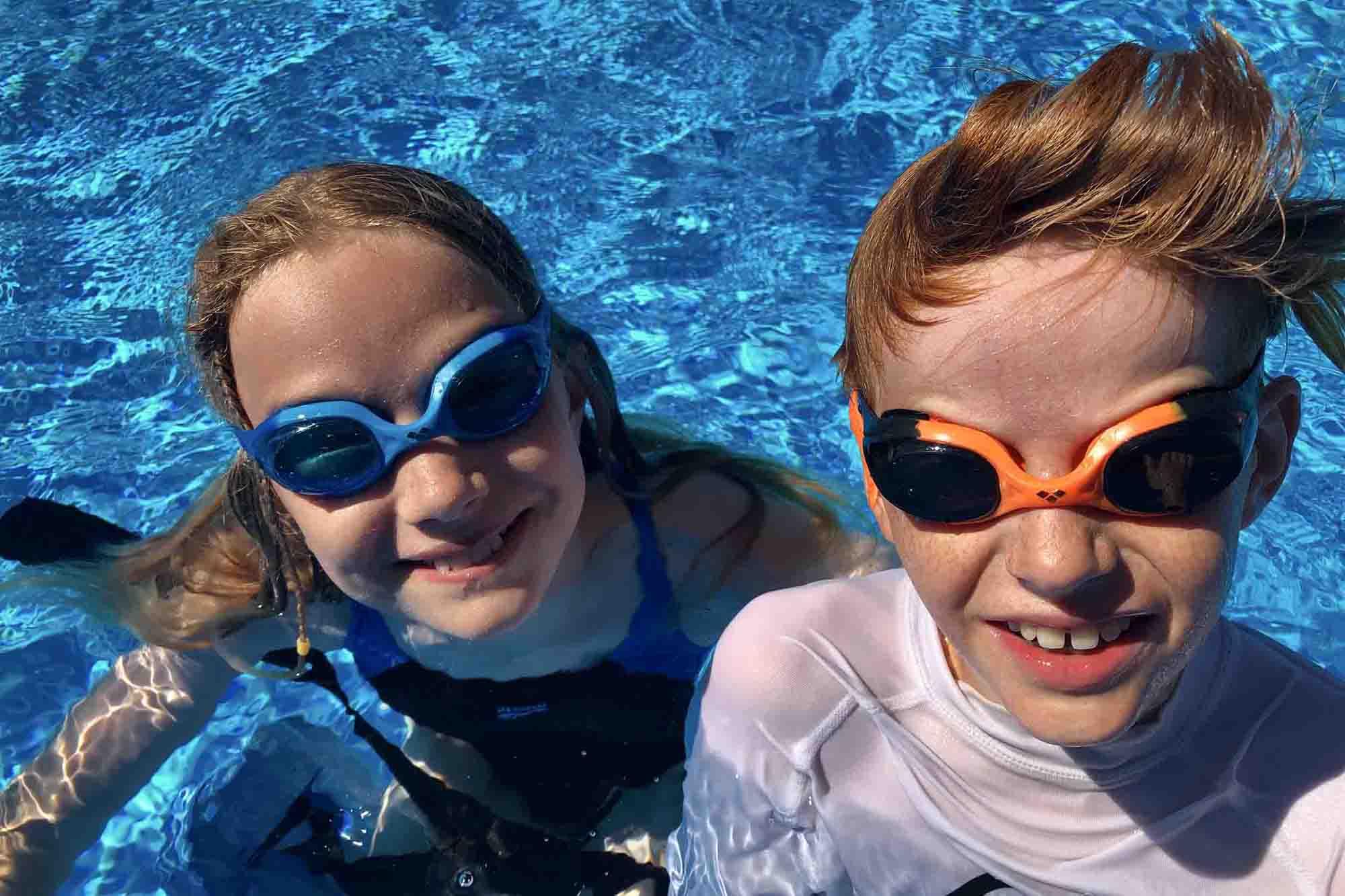 Kinder mit Schwimmbrille