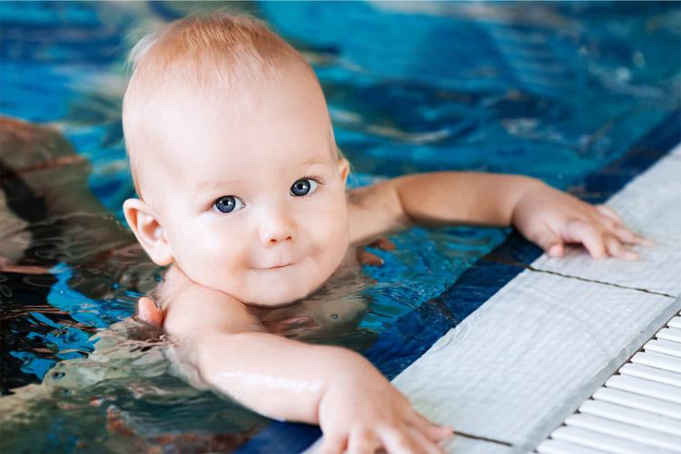 baby-am-rand-des-schwimmbeckens