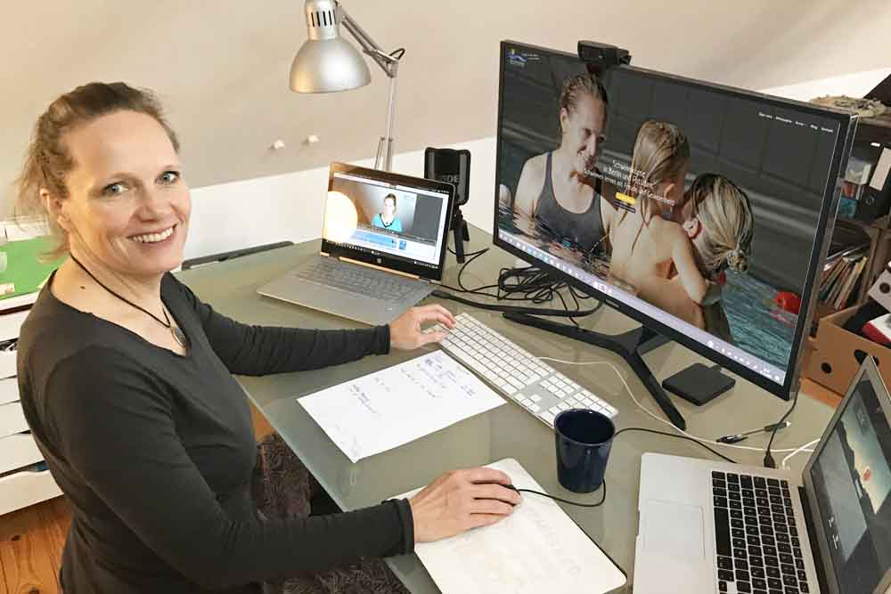 Anja-arbeitet-an-neuer-Homepage
