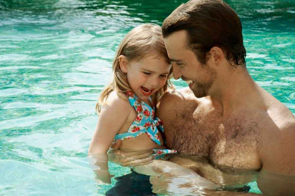 kinder-brauchen-verrtraute-bezugspersonen-beim-schwimmenlernen